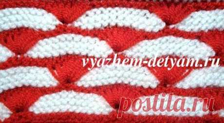 № 44 Двухцветный узор спицами для детских вещей Двухцветный узор спицами для детских вещей - описание Этот узор получается в результате сочетания платочной вязки и вытянутых петель. Таким рисунком можно связать детский пуловер, шапочку, шарф, жакет. Рапорт узора 14 петель +2 кромочные. Четные ряды - это изнанка, нечетные