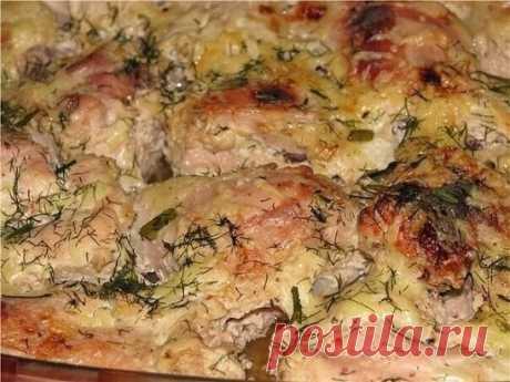 Курица в кефире Продуктов минимум, а вкус - ну просто изумительный! Ингредиенты: - 1 курица - 0,5-0,75 л кефира - соль, приправы для курицы Приготовление: Курицу промыть, разрубить на порционные куски. Затем посыпать солью и щедро приправкой для курицы. Кусочки курицы переложить в емкость для маринования и залить кефиром, чтобы он полностью покрыл курочку. Оставить мариноваться минимум на 2 часа. Затем переместить курочку в огнеупорную форму вместе с маринадом и запечь при 180*С около ча