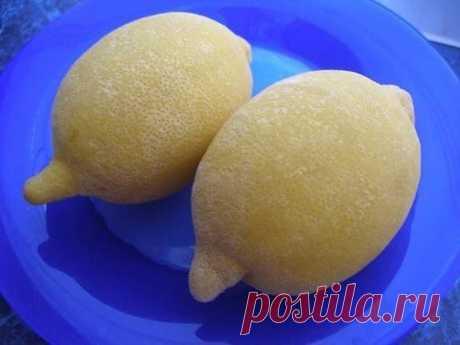 ЗАМОРОЖЕННЫЕ ЛИМОНЫ СПАСУТ ОТ ОЖИРЕНИЯ, ОПУХОЛЕЙ И ДИАБЕТА  Лимоны замораживают в основном ради цедры. После размораживания цедра становится более мягкой и ее удобнее употреблять в пищу.  Как и у большинства других фруктов, в кожице лимона сконцентрирован максимум питательных веществ, помогающих регулировать уровень холестерина, укреплять иммунную систему и предотвращать рак. В ней также содержатся антимикробные, антигрибковые и антибактериальные вещества.  Регулярное упот...