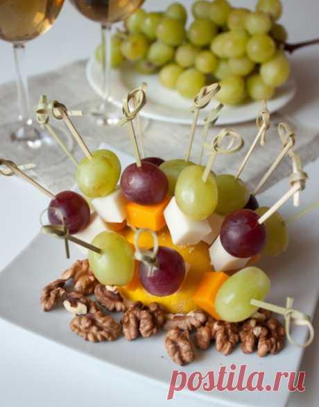 Канапе из сырного ассорти и фруктов на Вкусном Блоге Это скорее идея, чем собственно рецепт. Такая невероятно быстрая и очень вкусная закуска идеально подойдет для приятного вечера с друзьями за бутылкой хорошего вина. Для таких канапе вы можете взять любые сыры на ваш вкус. Помимо винограда для закуски к вину подходят груши – нарежьте их кубиками и сбрызните лимонным…