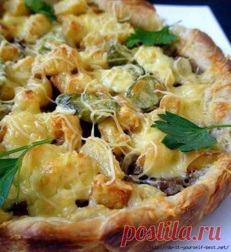 Слоёный пирог с картошкой,фаршем,сыром .