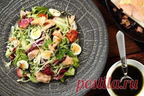 Салат с запеченным лососем и перепелиными яйцами – пошаговый рецепт с фото.
