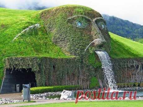 г. Ваттенс (Австрия, за Инсбруком) находится подземная пещера-музей с хрустальным коридором и стенами из хрусталя с известными цитатами