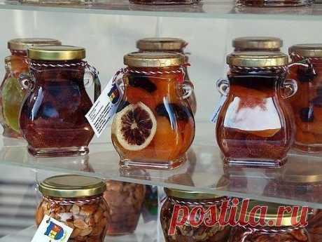 Создайте баночку витаминов! Два рецепта смесей для укрепления иммунитета. 1) Пропустить через мясорубку 1/2 стакана изюма, 1 стакан ядер грецкого ореха, 0,5 стакана миндаля (очень хорошо добавить кедровые орешки — супер поднятие иммунитета), кожуру 2 лимонов. Сами лимоны выжать в массу, кожуру же пропускать через мясорубку отдельно. Далее добавляем 0,5 стакана кураги и столько же чернослива, 150 грамм меда. Настаивать 1-2 дня в темном месте, хранить в холодильнике, принимать взрослым по 1-2