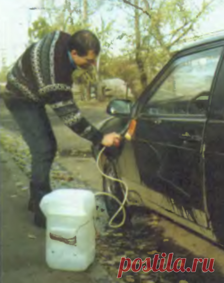 Ручная самодельная автомойка из канистры Каждый автолюбитель знает, как трудно и неприятно мыть автомобиль в холодную погоду. Поэтому большинство из них в холод предпочитает ездить на грязной машине. Моя автомойка позволяет почти мгновенно небольшим количеством воды чисто вымыть автомобиль...
