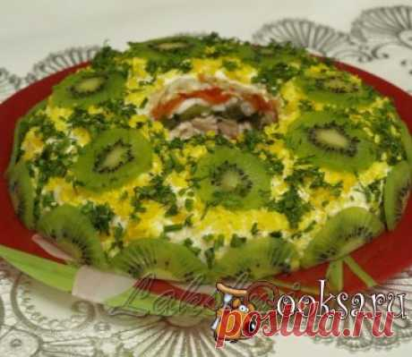 """Салат """"Малахитовый браслет"""" #салат #кулинария #праздник #новыйгод #вкусно #рецепты Этот вкусный, эффектный салат будет украшением любого праздничного стола! Гости обязательно попросят у вас рецепт этого салата! Куриное филе — 200 г; яйца — 4 шт; яблоко (кисло-сладкое) — 1 шт; морковь (по-корейски или отварная) — 100 г; майонез — по вкусу ; чеснок — 2-3 зуб.;"""