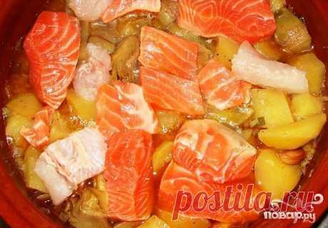 Рецепт приготовления рыбного жаркого с соевым соусом, куриным бульоном, сельдереем и болгарским перцем.