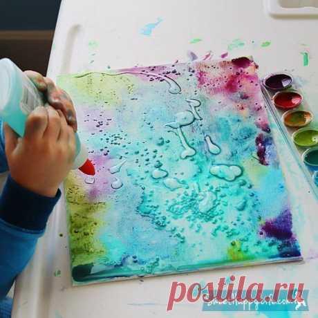Создаём потрясающие картины. Для того чтобы нарисовать эту удивительную картину нам понадобится холст, акварельные краски и клей. Покрываем полотно акварельными красками, цвета выбираем по вкусу, пока краски не высохли, добавляем несколько капель прозрачного клея и посыпаем нашу картину каменной солью. Соль создает невероятный эффект, впитывая пигмент из краски при высыхании.