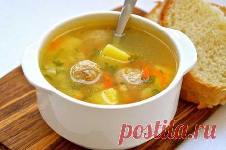 Супчики, без которых полноценный обед невозможен  Сохрани и приготовь   1. Солянка мясная   Солянка относится к супам, имеющим кисло-солёный вкус и густую консистенцию. Для её приготовления используются разнообразные соленья, лимонный сок, рассол, оливки или каперсы. Сегодня предлагаем вам мясную солянку, которая готовится с мясом и несколькими разновидностями копчёностей.   Ингредиенты:  Мякоть свинины — 300 г  Колбаса варено-копчёная — 150 г  Колбаса сырокопчёная — 100 г...