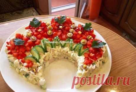 Салат «Русская красавица»  Салат «Русская красавица» - это шикарное блюдо, достойное большого праздника. Он получил свое название из-за роскошного внешнего вида. Салат выкладывают на тарелке таким образом, чтобы он образовал к…
