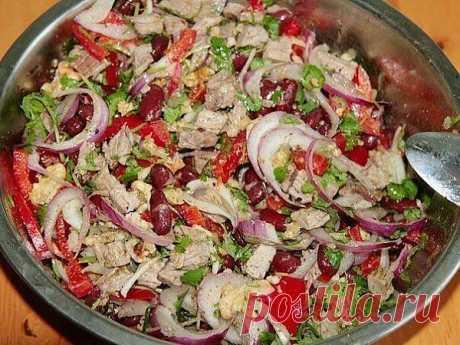 Очень красивый и вкусный мясной салат с фасолью.