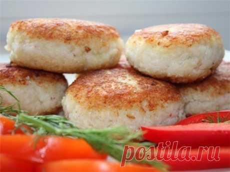 Невероятно сочные и вкусные рыбные котлеты на пару   Ингредиенты: рыба (лучше треска или минтай) — 500 гркартофель — 2–3 штукилук — 1-2 штуки среднего размераяйцо — 1 штуказелень — 150 грсоль по вкусу Приготовление:  Очистить картофель и лук, пропусти…