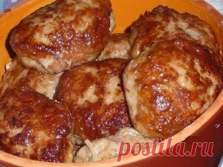 Курино-говяжьи сочные котлетки  Ингредиенты:  ●Говядина 300 г прокрутить на мясорубке ●Филе куриное 1 шт. нарезать маленькими кубиками ●1 яйцо ●соль, перец ●2 сырые картошинки на мелкой терке ●3 кусочка булочки заранее замочить в водичке или молоке ●лук 2 шт. на мелкой терке ●раст. масло  Приготовление:  Все соединить, тщательно перемешать. Если фарш получился густой и плотный, добавить воды ледяной или молочка. сформировать котлетки, обжарить на раскаленной сковородке на ...