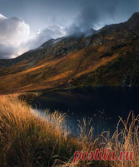 El lago Pequeño, el Cáucaso Occidental. El autor de la foto – Tania Leschinskaya: nat-geo.ru\/photo\/user\/294700\/