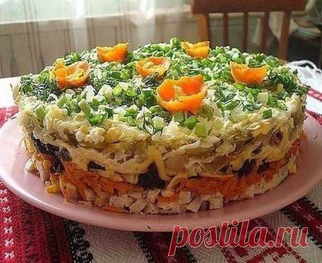 """Слоёный салат с черносливом """"Ночка""""  Ингредиенты: - 300 гр отварной куриной грудки - 2 сырой моркови - 1 чеснок раздавленный - 150 гр твердого сыра - 2 соленых огурца - 4 луковицы - 2 отварных яйца - растительное масло - майонез - 200 гр чернослива  Приготовление: Салат выкладывается слоями: 1й слой: отварная куриная грудка или свинина - мелкими кубиками около 300 грамм, промазать майонезом; 2й слой: сырую морковь потереть на крупной терке, добавить раздавленный чеснок и ..."""