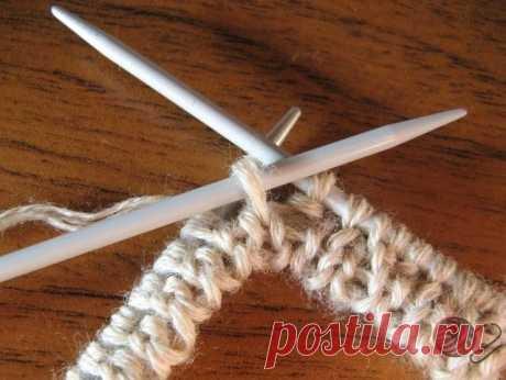 Эластичная резинка 2х2 Способ изготовления: 1. Для мужских пуловеров бывает нужна резинка 2х2. Нет ничего проще! Она есть производное от резинки 1х1. Итак, вяжем 3 ряда резинки 1х1: 2.1 ряд: кромочная, *изнаночная, накид* до конца ряда, заканчиваем в зависимости от того, четное или нечетное количество петель нам нужно, в первом случае вяжем накид, кромочная, во втором - накид, изнаночная, кромочная. Переворачиваем работу. 3.2 ряд : те петли, что в предыдущем ряду провязыва...