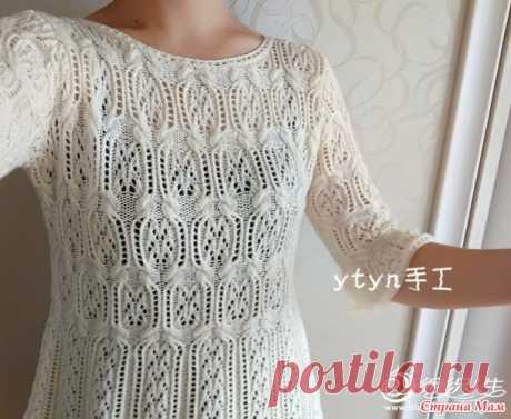 Ажурный пуловер с миксом узоров связан спицами