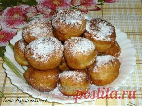 Творожные пончики  Вкусные творожные пончики очень понравятся взрослым и детям. Готовлю их часто, рецепт не сложный. Для приготовления вкусных творожных пончиков потребуется: мука - 2 стакана; творог - 300 г; яйцо - 2 шт.; сахар - 4-5 ст. л.; сода - 0,5 ч. л., погашенной уксусом; растительное масло для жарки; сахарная пудра - по вкусу.  Яйца взбить с сахаром. Добавить творог, гашеную соду, просеянную муку и замесить тесто.  Разделить тесто на небольшие кусочки...