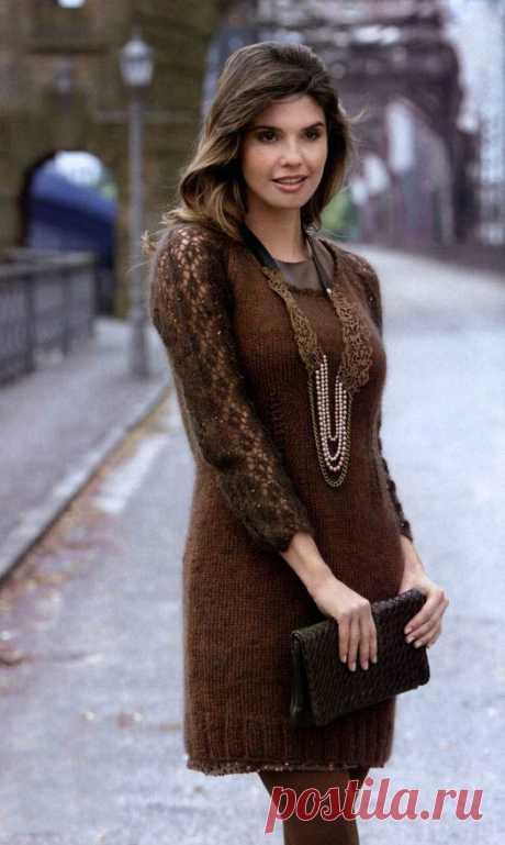 Коричневое платье реглан с ажурными рукавами спицами – схемы вязания с описанием из мохера с шелком
