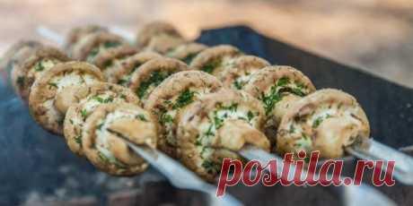 Что приготовить на природе, кроме мяса: 10 вкуснейших блюд Ароматный грибной шашлык, сытные бургеры на гриле, тофу с ананасами или в панировке, запечённый сыр и другие аппетитные лакомства. 1. Шашлык из шампиньонов с ароматными травами TanaCh/Depositphotos...
