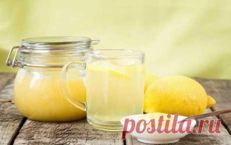 ОЧИЩАЕМ ОРГАНИЗМ ОТ ШЛАКОВ  Гидромель. Готовится просто: на стакан теплой (до 40о) воды 1 ч. л. меда и 2 ст. л. лимонного сока. Принимать трижды в день перед едой. Содержание в напитке витамина С способствует выведению шлаков и повышает иммунитет.  Овсяный кисель. Улучшает обменные процессы, укрепляет иммунитет. 200 г овса высыпать в трехлитровую банку, влить 0,5 ст. кефира, 1 ст. л. сметаны, 1,5 л воды. Плотно завязать посуду марлей и поставить в теплое место для скисания...
