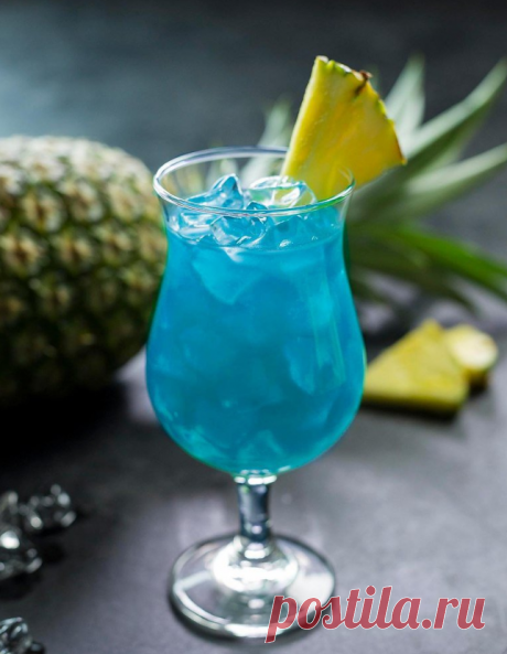 ГОЛУБЫЕ ГАВАЙИ (Blue Hawaii)  Ликеры «Blue Curacao» и «Malibu» — по 30 мл; Ром белый – 30 мл; Сок ананаса – 100 мл; Лед (кубики) – 100 грамм.