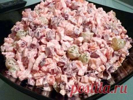 """Салат """"Жизнь в розовом цвете"""" Ингредиенты: 4 крабовых палочки 1 отварное куриное филе 2 небольших варёных моркови 2 маленьких отварных свеклы гроздь винограда без косточек 150 грамм сыра майонез соль Приготовление: Режем курочку и крабовые палочки, морковь и свеклу кубиками, виноград пополам, мелкими кубиками сыр. Всё перемешиваем и солим. Заправляем майонезом. Приятного аппетита!"""