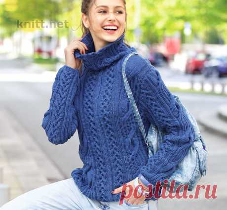 Вязаный на спицах пуловер деним Вязаный на спицах пуловер деним сочетает в себе: гармонично подобранный узор из крупных и мелких кос, простой силуэт и объемный высокий воротник.