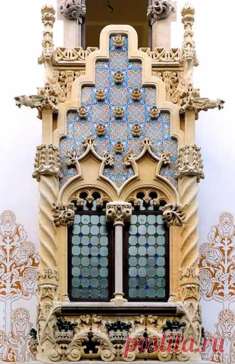 Сказочно красивый фронтон в Барселоне в Яндекс.Коллекциях