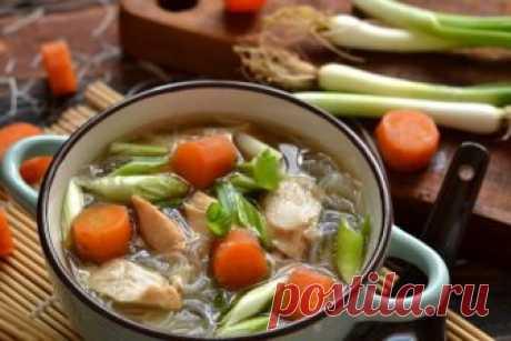 Куриный суп китайской кухни с фунчозой
