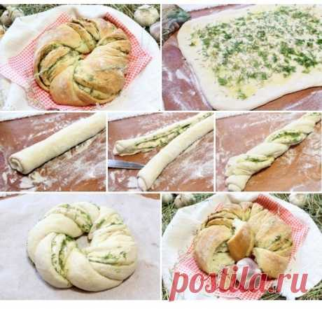 Пирог с чесноком и травами.