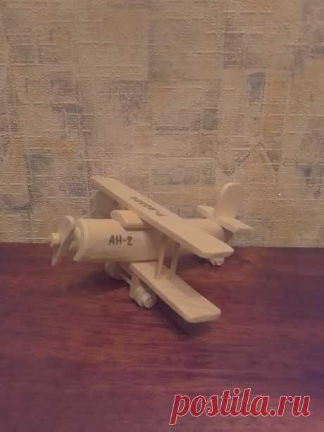 Игрушечный самолёт Ан – 2 Самолёт выполнен из натурального дерева различных пород без гвоздей и лакового покрытия. Может использоваться как игрушка или сувенир. Размер в длину 17 см, размах крыльев 15 см.