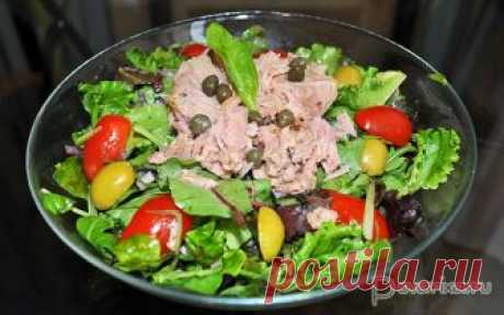 Зеленый салат с тунцом Смесь листьев зеленых салатов, которых много сейчас продается в супермаркетах (или растет на собственных грядках), консервированный тунец, черри, оливки, пикантная заправка - отличный салат для перекуса или ужина для тех, кто бережет фигуру.