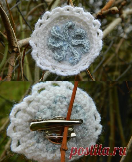 Вязаная крючком брошь-заколка Звёздная снежинка  