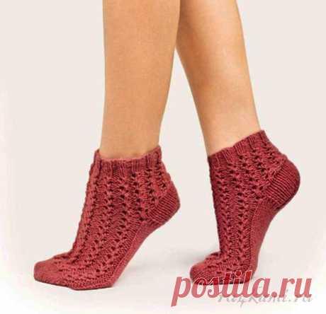 Чудесные носочки спицами     Сейчас женщины с удовольствием носят носочки – и дома, и на улице. Мода предписывает, ничего не поделаешь! Вот и студия DROPS Design предлагает свою модель.Схемы узоровприлагаются, а описание пр…
