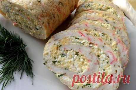 Закусочный рулет из крабовых палочек с сыром