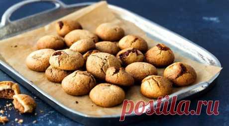 Изумительное арахисовое печенье с шоколадной начинкой - ПУТЕШЕСТВУЙ ПО САЙТУ. Под слоем теста с арахисовым маслом скрывается шоколадный брауни. Получается сложный, насыщенный вкус. ИНГРЕДИЕНТЫДля теста 1: 1 стакан муки 120 г горького шоколада 170 г сливочного масла 200 г сахара 200 г коричневого сахара 2 яйца 1 ч. л. ванильного экстракта Для теста 2: 2,5 стакана муки 220 г сливочного …