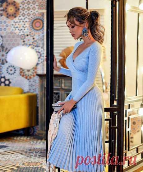 С чем носить голубой цвет: 17 роскошных комбинаций Умиротворяющий голубой цвет в этом сезоне необычно популярен. Его выбирают не только молодые девушки, но и зрелые дамы за 50 лет. Голубой оттенок довольно универсальный и позволяет сочетать его с др...