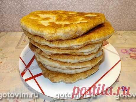 Лобиани - пирог с фасолью по-грузински. Рецепт с фото Лобиани - это грузинский пирог с начинкой из вареной фасоли. Название происходит от грузинского слова лобио - фасоль. Как правило, тесто для пирога замешивают на мацони или кефире, но есть рецепты лобиани из дрожжевого теста. Начинку для пирога делают из вареной или консервированной фасоли с добавлением жареного лука и пряностей. Пирог получается вкусным и сытным. Его удобно брать на пикник или для перекуса.