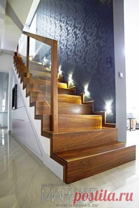Изготовление лестниц, ограждений, перил Маршаг – Деревянная лестница с ограждением стеклом