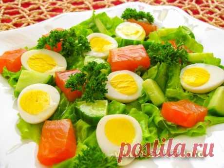 La ensalada con gorbushey, los pepinos y los huevos