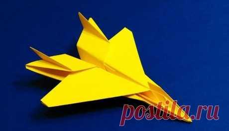 Как сделать самолет из бумаги Чтобы разобрать, как сделать самолёт из бумаги, школьнику раньше приходилось сперва завладеть аналогичной «вражеской техникой», подвергнуть её разбору, а затем попытаться сложить заново. И никто тогда не знал, что бумажные самолёты и голуби относятся к искусству оригами, тем не менее конструкции