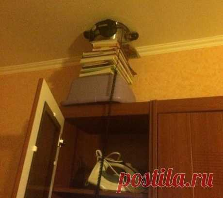 Как отучить соседа шуметь Как отучить соседа шуметьПонадобится: шкаф;-стопка книг;большая стальная кастрюля (10 литров - идеально);вода;наушники, подключенные к источнику звука.Процесс:Из книг сооружается подставка на шкафу, которая плотно прижимает к потолку кастрюлю с водой (почти до краёв).На кастрюлю...