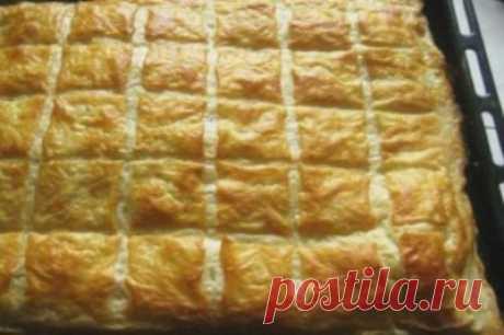 El pastel de hojaldre, como hachapuri. ¡El relleno vkusneyshaya del queso!
