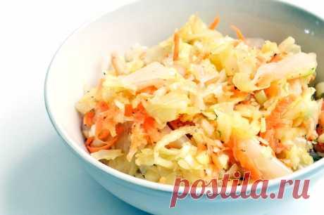 Салат из квашеной капусты с яблоком.  Вкуснейший салатик из квашеной капусты, свежих моркови, яблок и зеленого лука с ароматной заправкой из оливкового масла, орегано и молотого перца.