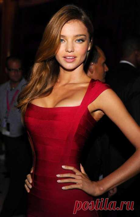 Miranda Kerr en el vestido rojo de bandaje de Herve Leger.\u000d\u000a\u000d\u000aWOW Couture así como es sexual, pero en 15 veces es más barato (presionen la estampa para mirar)