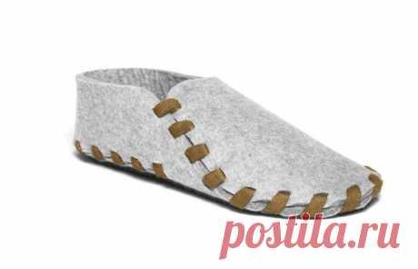Простые и стильные тапочки из фетра Простые и стильные тапочки из фетраВыкройку нарисуйте в соответствии с длиной и шириной вашей стопы.Пусть ножки будут в тепле в холодное время года.