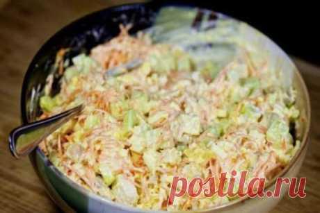 Новый вариант праздничного салатика с корейской морковкой и курицей. Прекрасное сочетание! Ингредиенты: ● 450 гр. куриное филе ● 450 гр. морковь по-корейски ● 3 шт. куриное яйцо ● 3-4 шт. свежий огурец ● 60 гр. твердый сыр