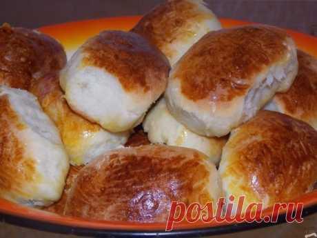 ПИРОЖКИ — 5 УДАЧНЫХ РЕЦЕПТОВ  1. Печеные пирожки с творогом   Ингредиенты:   для теста:  кефир – 250 мл,  яйцо – 1 шт.,  сахар – 1 ст.л.,  разрыхлитель – 1 ч.л.,  растительное масло – 3 ст.л., мука – 400 г,  соль;   для начинки:  твердый сыр – 100 г,  моцарелла – 100 г,  творог – 200 г,  яйцо – 1 шт.,  соль,  перец,  сушеный базилик.   Приготовление:   Яйцо взбейте вилкой или венчиком с солью и сахаром, добавьте кефир и растительное масло. В полученную массу добавьте муку,...
