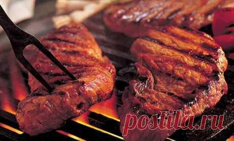 Секреты стейка: протыкаем мясо - Steak Lovers - медиаплатформа МирТесен ЛУЧШЕЕ ЗА НЕДЕЛЮ Когда мясо находится на огне, многие крайне скептически относятся к тому, что его можно трогать для проверки прожарки. Бытует мнение, что при протыкании стейка из него начнет вытекать сок, что сделает мясо сухим и невкусным.